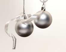 Deux Boules De Noël Suspendues