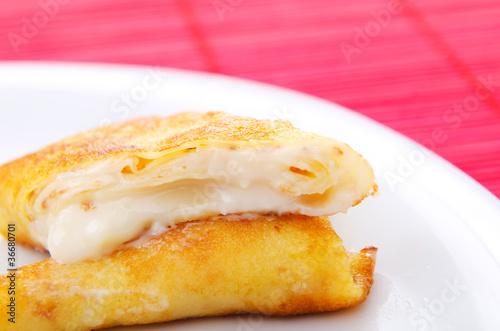 Custard filled pancake in plate Fototapete