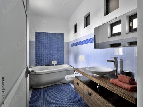 Bagni Blu Mosaico : Moderno bagno con mosaico blu e vasca idromassaggio buy this stock