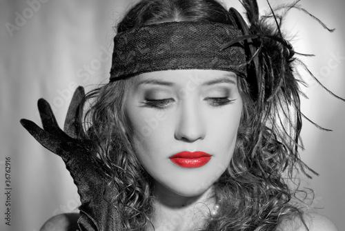 czarno-bialy-portret-retro-z-kobieta-w-czerwonych-ustach