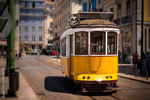 Fototapeta krajobraz   stary-lizbonski-tramwaj-w-kolorze-zoltym