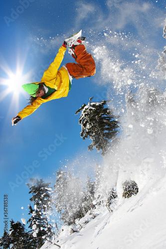 snowboarder-doskakiwanie-przeciw-niebieskiemu-niebu