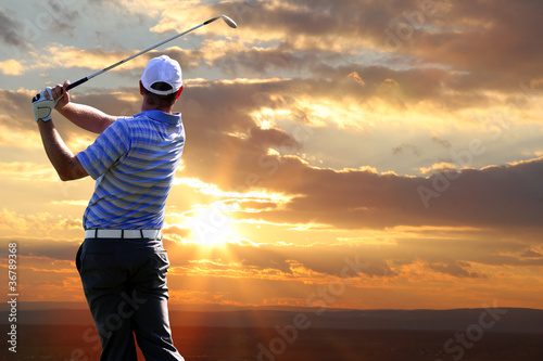 Poster Golf Man playing golf against sunset