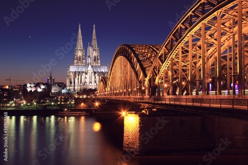 Fototapeta panorama   katedra-w-kolonii-w-nocy