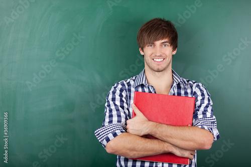 Photo lächelnder student mit aktenordner