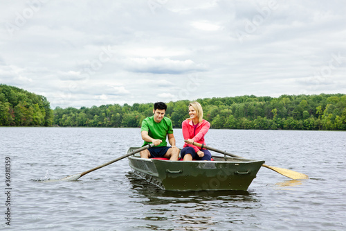 Fotomural Couple in a rowboat on a lake