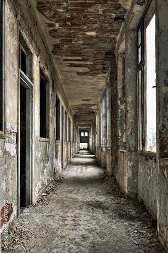Foto  Langer leerer Korridor und Türen in verlassenem Gebäude