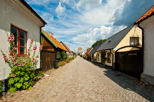Fotografía  Sunny street scene in Visby, Gotland