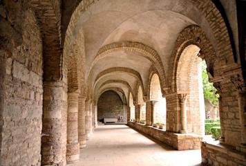 Fototapeta Tournus - Borgognsa, chiostro cattedrale