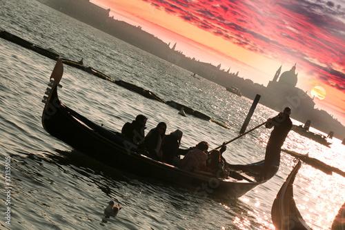 wenecja-gondola-przeciw-kolorowemu-zmierzchowi-w-wlochy
