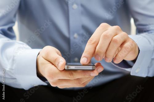 Foto  Nahaufnahme eines Mannes mit Smartphone