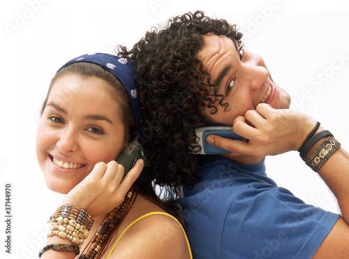 Tela Pareja joven conversando por teléfono celular.
