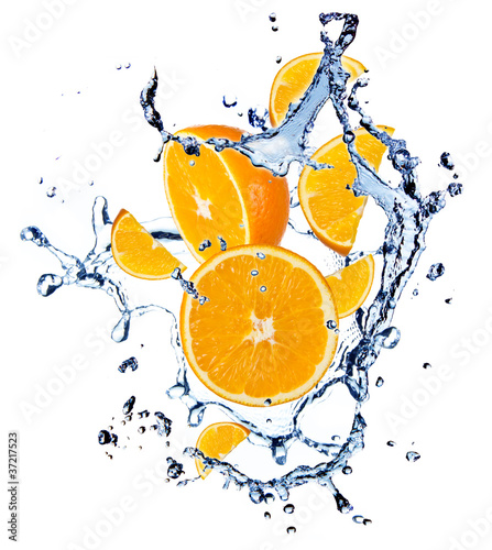 Foto op Canvas In het ijs Oranges with water splash, isolated on white background