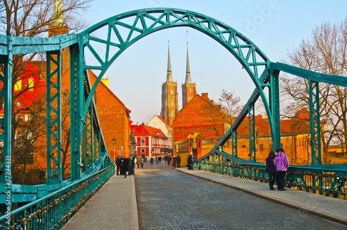 most-zakochanych-i-katedra-na-tle-wroclaw