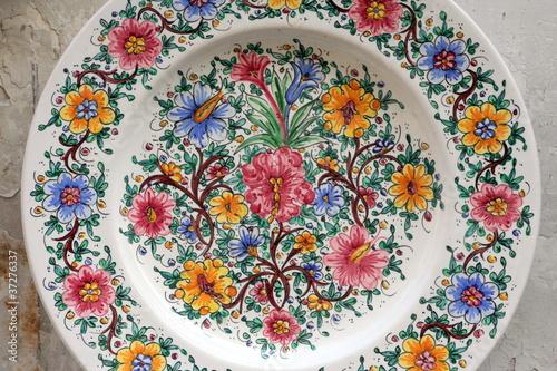 Valokuva  piatto di ceramica dipinto e decorato a mano