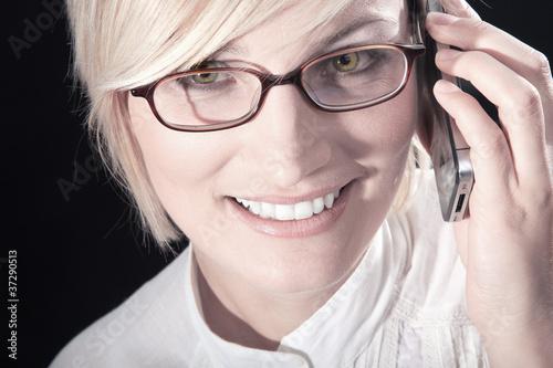 Fotografía  Büro Frau mit Brille blickt lächelnd