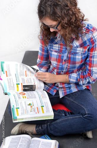 Foto  Préparation aux examens - Etudiante révisant 03