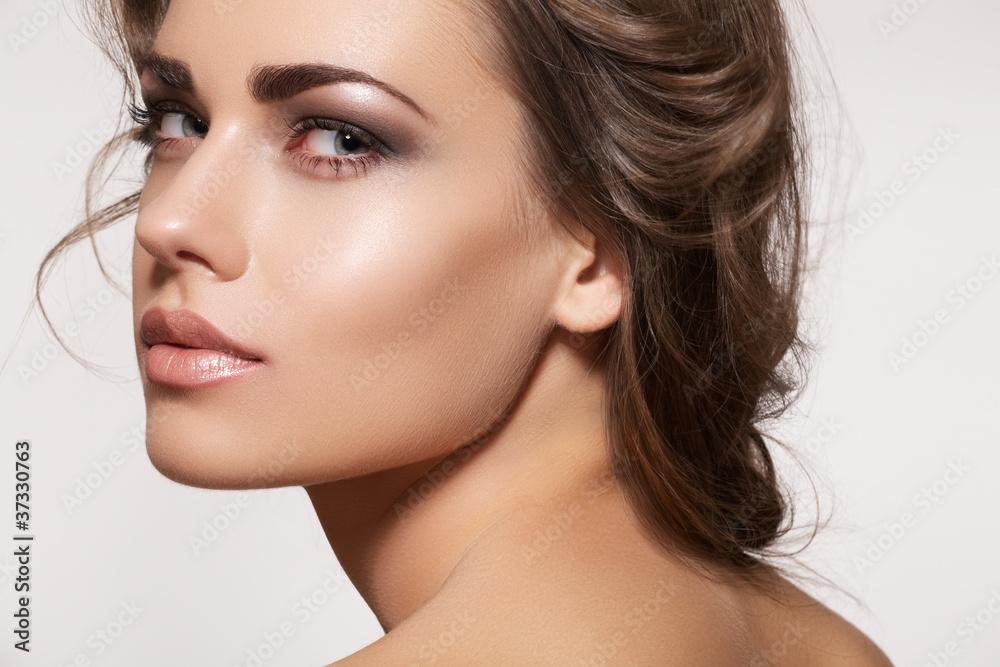 Fototapeta Beautiful woman model with fashion makeup, wavy hairstyle