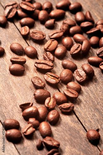 ziarna-kawy-na-drewnianym-stole