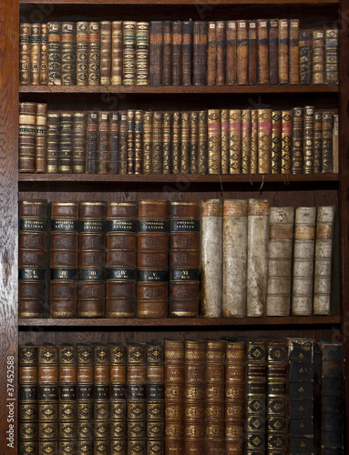 Deurstickers Bibliotheek historic old books in old shelf library