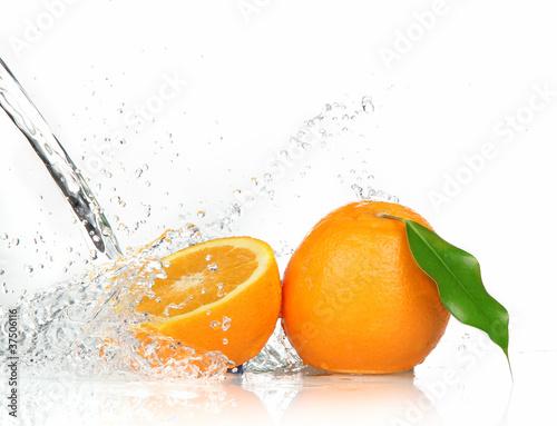 pomaranczowe-owoce-z-bryzgajac-wody