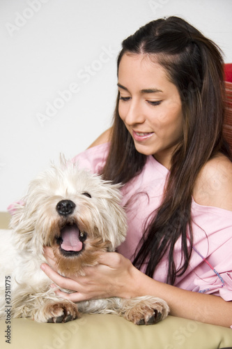 Tela  chica con su mascota