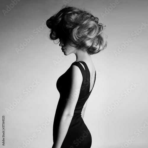 Naklejka premium Młoda piękna dama w eleganckiej sukni
