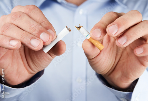 Türaufkleber Rauch Quit smoking, human hands breaking up cigarette