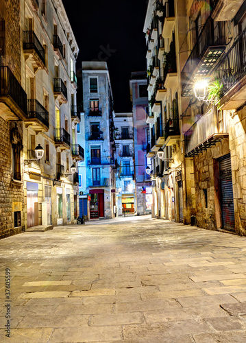 Photo  night scene in gothic quarter, Barcelona, Spain