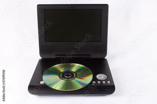 Odbiornik DVD z płytką na białym tle