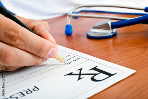 Valokuva Doctor writing a rx prescription