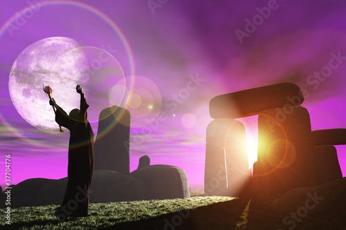 Fotografia Druid greets the dawn at Stonehenge