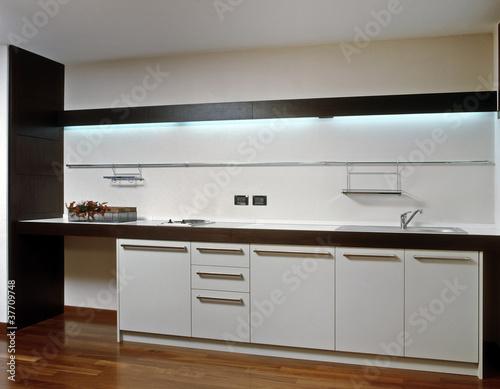 cucina bianca moderna e pavimento di legno – kaufen Sie dieses Foto ...