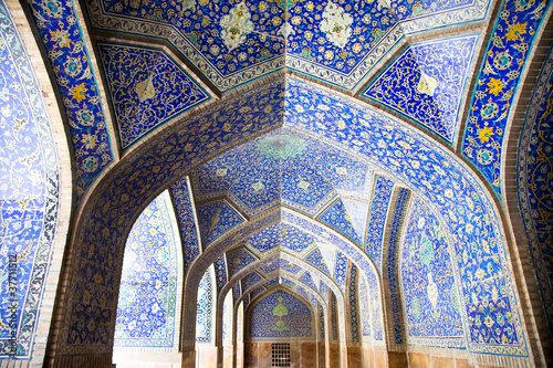Fotografia Tiled orienta  arcs and pillars on Jame Abbasi mosque, Esfahan