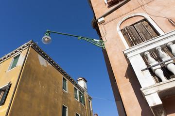 Fototapeta na wymiar Réverbère entre deux façades colorées (Venise)