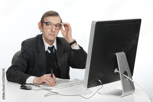 Garden Poster Пожилой мужчина работает за компьютером.