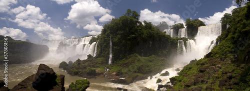Naklejki dżungla  wodospad-zasilajacy-w-wode-dzungle