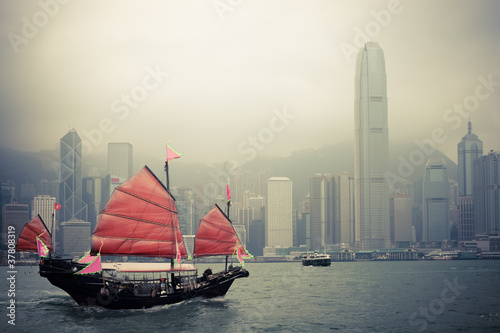 Ingelijste posters Wit chinese style sailboat in Hong Kong