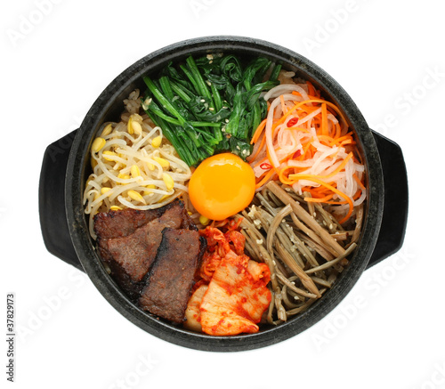 Foto bibimbap in a heated stone bowl, korean dish