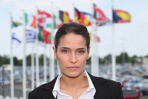 Photo Brunette stood in front of flags