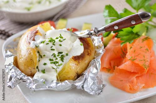 Ofenkartoffel mit Kräuterquark und Lachs