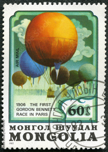 Deurstickers Ballon MONGOLIA - CIRCA 1982: A stamp printed in Mongolia shows balloon