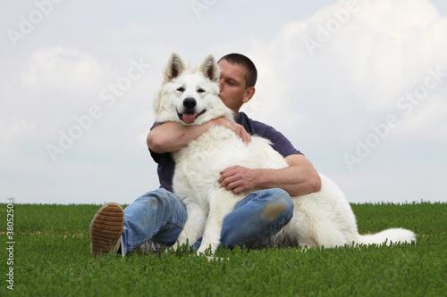 Láminas  maitre embrassant son chien - berger blanc