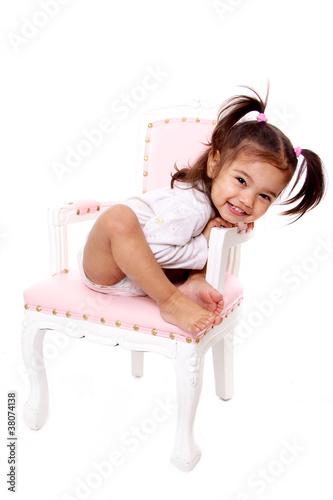 enfant charmeuse assise sur ancienne chaise rose et blanche – kaufen ...