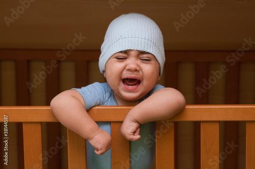 bambino che piange dentro la culla Canvas Print