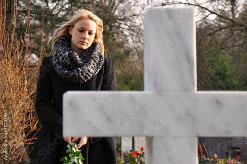 Foto op Canvas Begraafplaats Frau trauert auf Friedhof