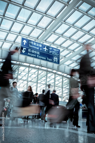 Poster Aeroport people moving blur in modern airport hall