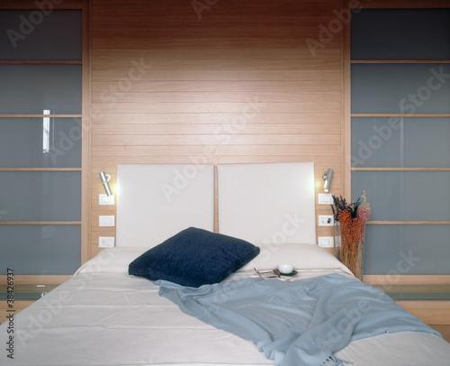 camera da letto di lusso moderna con boiserie - Buy this ...