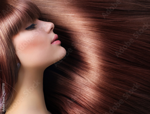 Fotografie, Obraz  Hnědé vlasy. Krásná žena s zdravé dlouhé vlasy
