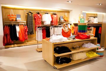 wnętrze sklepu z odzieżą damską